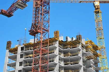 Crane et bâtiment en construction contre le ciel bleu Banque d'images - 83525525