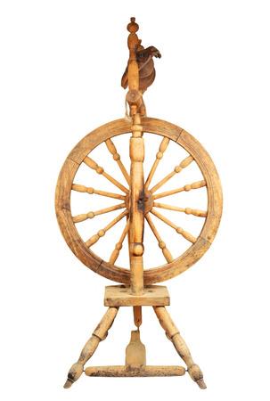 Antikes Holz Spinnrad, isoliert auf weißem Hintergrund