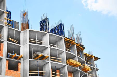 chantier de construction de travail contre le ciel bleu