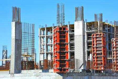 Chantier de construction de travaux contre le ciel bleu