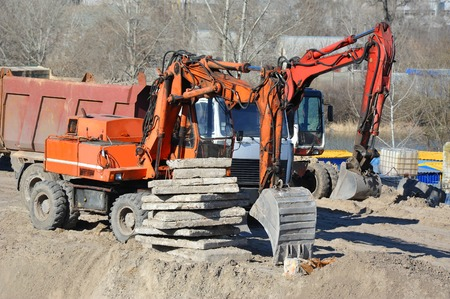 Work of excavating machine on building construction site Banque d'images