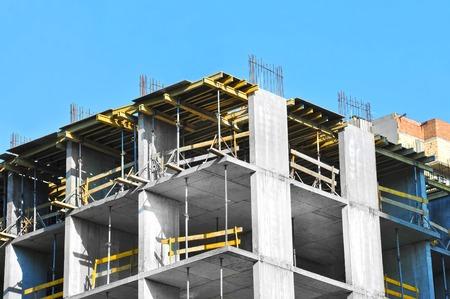 Building construction site work against blue sky Banque d'images