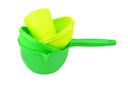 Green plastic dishes, isolated on white background Standard-Bild - 115683364