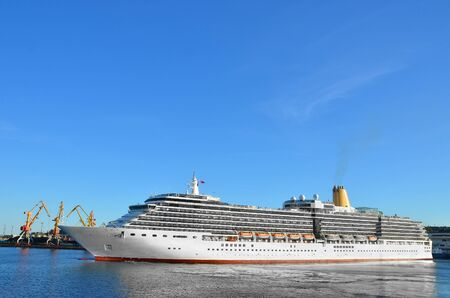Cruisetoeristenschipmeertros in haven van Odessa, de Oekraïne