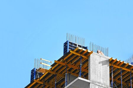 Prace budowlane na placu budowy na tle błękitnego nieba