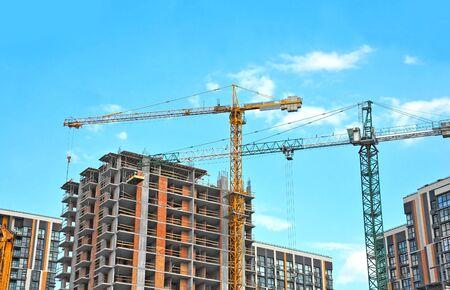 Grúa y edificio en construcción contra el cielo azul Foto de archivo