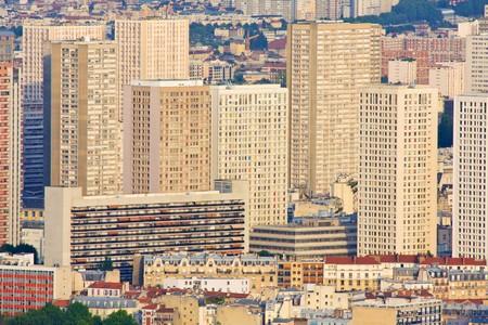 periferia: Gruppo di edifici colorati in Paris, France