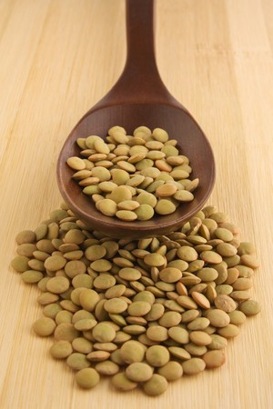 렌즈 콩: 나무로되는 숟가락에 녹색 렌즈 콩