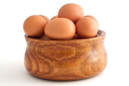 eier: H�lzerne Sch�ssel mit Eier im Inneren  Lizenzfreie Bilder