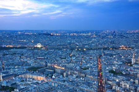 coeur: Skyline van Parijs bij nacht met Louvremuseum en de Sacre coeur Stockfoto