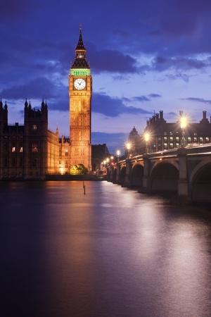 Big Ben en Westminster Bridge in Londen, Verenigd Koninkrijk, in de schemering