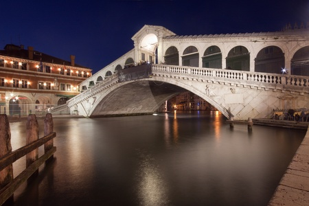 rialto bridge: Rialto Bridge (Ponte di Rialto) in Venice, Italy at dusk