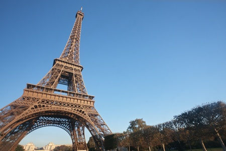 tour eiffel: Eiffel Tower (Tour Eiffel) in Paris in a sunny day with copy space,