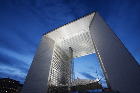 la: Paris, Frankreich - La Grande Arche de la Defense beleuchtet in der Abendd�mmerung