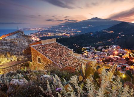 시칠리아, Taormina에서 트 나 산 화산의 공중보기