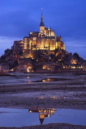 mont saint michel: Mont Saint Michel (Saint Michaels Mount) at dusk in Normandy, France.