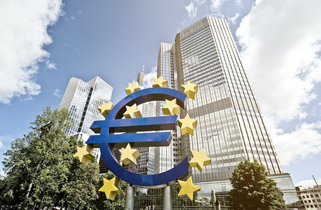 Euro Sign in front of the European Central Bank (ECB) headquarter building in Frankfurt am Main, Germany 報道画像