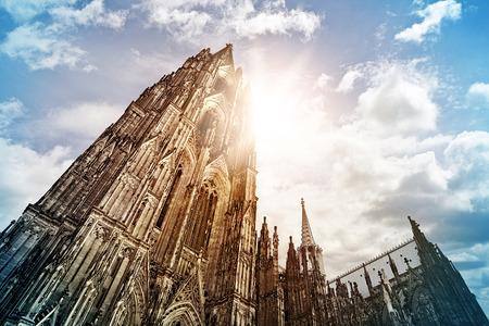 Kolínská katedrála (Kölner Dom) v ranním slunci, Kolín nad Rýnem, Německo