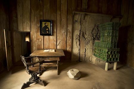 edad de piedra: EISENACH - 14 de abril 2014: Lutherstube - cámara de estudio de Martín Lutero en el castillo de Wartburg donde tradujo la Biblia