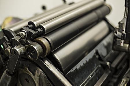 imprenta: vieja máquina de impresión con el aceite, la tinta y el moho Foto de archivo