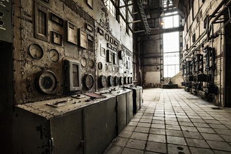 industriales: unidad de control oxidado en un antiguo edificio de la fábrica abandonada