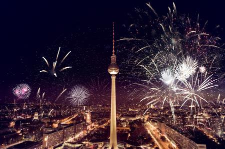 fuegos artificiales: fotografía aérea de la torre de televisión (Fernsehturm) con fuegos artificiales en la noche en Berlín, Alemania Foto de archivo