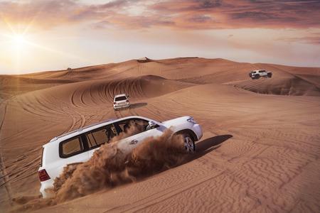 duna: Todo terrenos desérticos que golpean a través de las dunas de arena árabe Foto de archivo