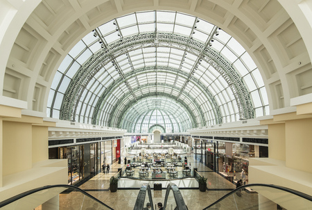 plaza comercial: DUBAI, UAE - 10 de marzo: Gran techo de cristal en el centro comercial de los Emiratos el 10 de marzo de 2016 en Dubai. Mall of the Emirates es un centro comercial en el distrito de Al Barsha de Dubai. Editorial