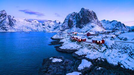 Norwegian fishermen's cabins, rorbuer, in the village of Hamnøy, Reine on the Lofoten in northern Norway Standard-Bild