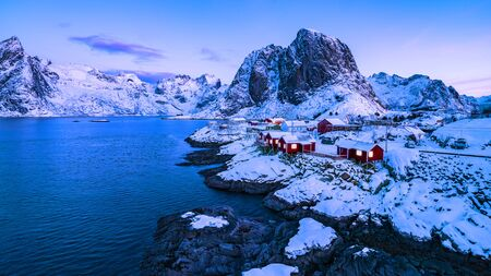 Norwegian fishermen's cabins, rorbuer, in the village of Hamnøy, Reine on the Lofoten in northern Norway 免版税图像