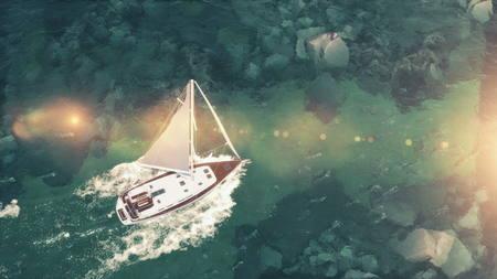 Vue aérienne du navire de croisière moyen de luxe naviguant à partir du port au lever du soleil à travers la baie. Illustration 3d Banque d'images - 82933229