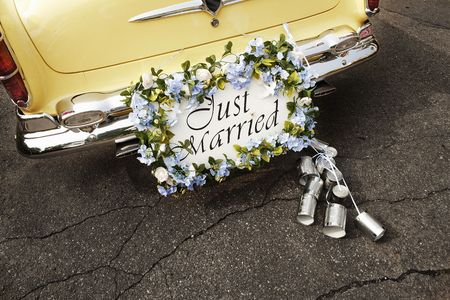 Just married sign on bumper of vintage car 스톡 콘텐츠