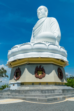 Big statue of white buddha in pagoda in Nha Trang on sunny day 版權商用圖片
