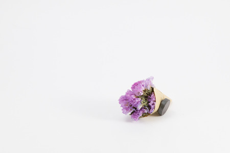 flores secas: A small bouquet of dried flowers