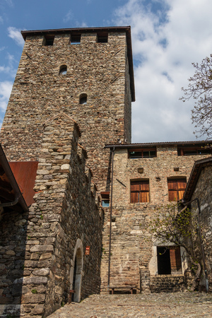Intramural Tyrol Castle, detail view on entrance to place and tower. Tirol Village, Province Bolzano, South Tyrol, Italy. Banque d'images - 122304602