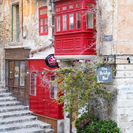 Outside view on the red colored bridge bar on Valetta, Malta near the harbour. Stockfoto