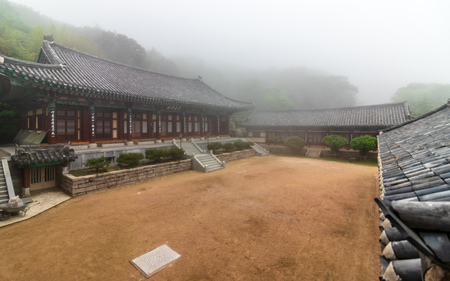 Korean Buddhistic Temple Daeseong-Am, near Beomeosa on a foggy day. Located in Geumjeong, Busan, South Korea, Asia. Imagens - 122310963