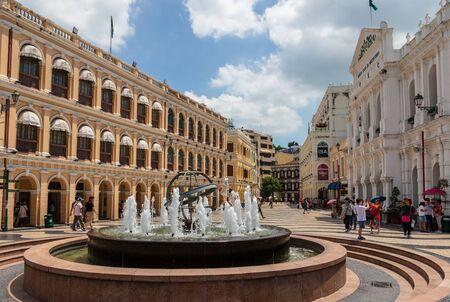 Senado Square Largo do Senado es una plaza pública en Macao. Está ubicado en la zona central de la península de Macao. Con una superficie de 3.700 metros cuadrados y 4.425 yardas cuadradas, esta es una de las cuatro plazas más grandes de Macao; los otros son Praça do Centro Cultural, Praça do Lago Sai Van y Praça do Tap Seac. En 2005 fue inscrito en la Lista del Patrimonio Mundial de la UNESCO.