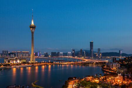 Macau Tower is 338 meter ongeveer 1.108 voet boven de grond. Het hoogste observatieniveau is het Outdoor Observation Deck op niveau 61, met een hoogte van 223 meter ongeveer 732 voet. Als u rond het observatiedek loopt, heeft u een panoramisch uitzicht op de Peal River Delta, het schiereiland Macau en de eilanden Taipa, Coloane. De observatielounge bevindt zich op niveau 58.