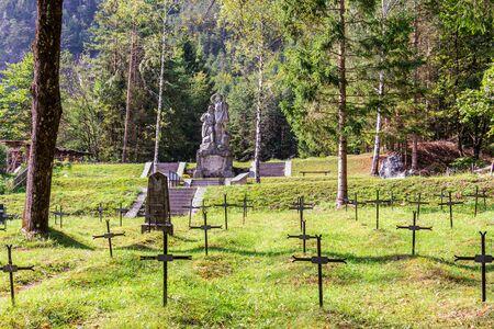 Cimetière du soldat tombé et monument du front Isonzo, ger. Soldatenfriedhof des Ersten Weltkriegs à Log pod Mangartom, Bovec, Slovénie. L'Europe ?. Banque d'images