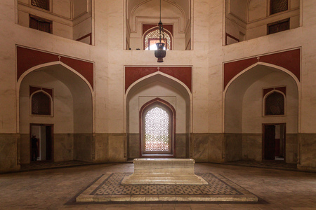 Panoramic view on Cenotaphs in a side room inside main Building of Humayuns Tomb Complex. Delhi, India, Asia. Редакционное