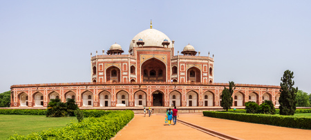 Panorama of Humayuns Tomb Complex with square, park and vegetation. Delhi, India. Asia. Редакционное
