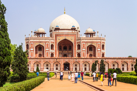 View on Central Building of Humayun Tomb Complex with square and park. UNESCO World Heritage in Delhi, India. Asia. Редакционное
