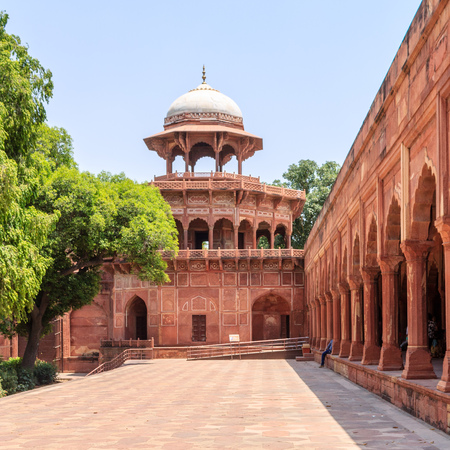 Side Building and Wall of Taj Mahal Complex with vegetation. UNESCO World Heritage in Agra, Uttar Pradesh, India Редакционное