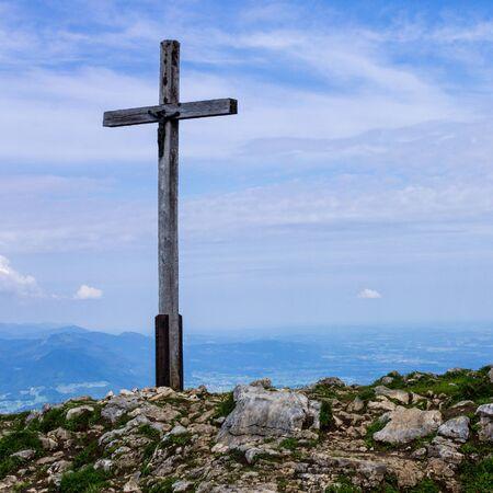 Panorama con croce di vetta su Hochries, 1596 m nelle Alpi Chiemgauer, Ostalpen, situato a Samerberg, Alta Baviera, Germania