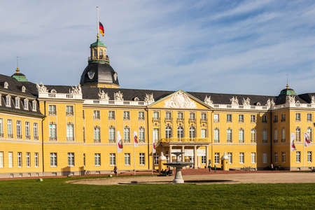 View on Main Entrance of Castle Karlsruhe with Square and Garden. In Karlsruhe, Baden-Württemberg, Germany Éditoriale