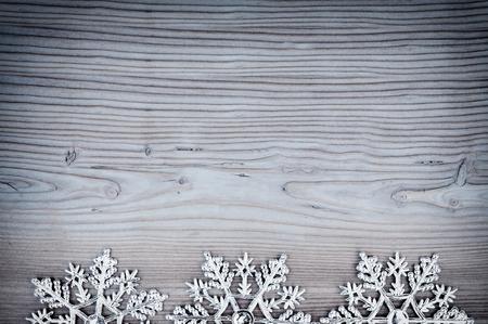 schneeflocke: Weihnachten Hintergrund mit Schneeflocken auf altem Holz. Lizenzfreie Bilder