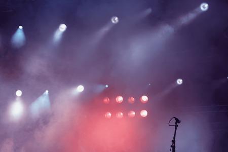 Mehrere lila und rosa Bühne leuchtet im Dunkeln
