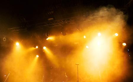 concerto rock: Varias luces del escenario de color naranja en la oscuridad