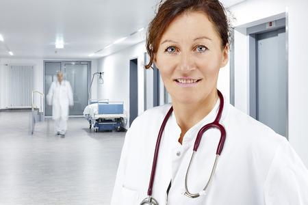 Twee artsen op een gang in het ziekenhuis Stockfoto - 28103970
